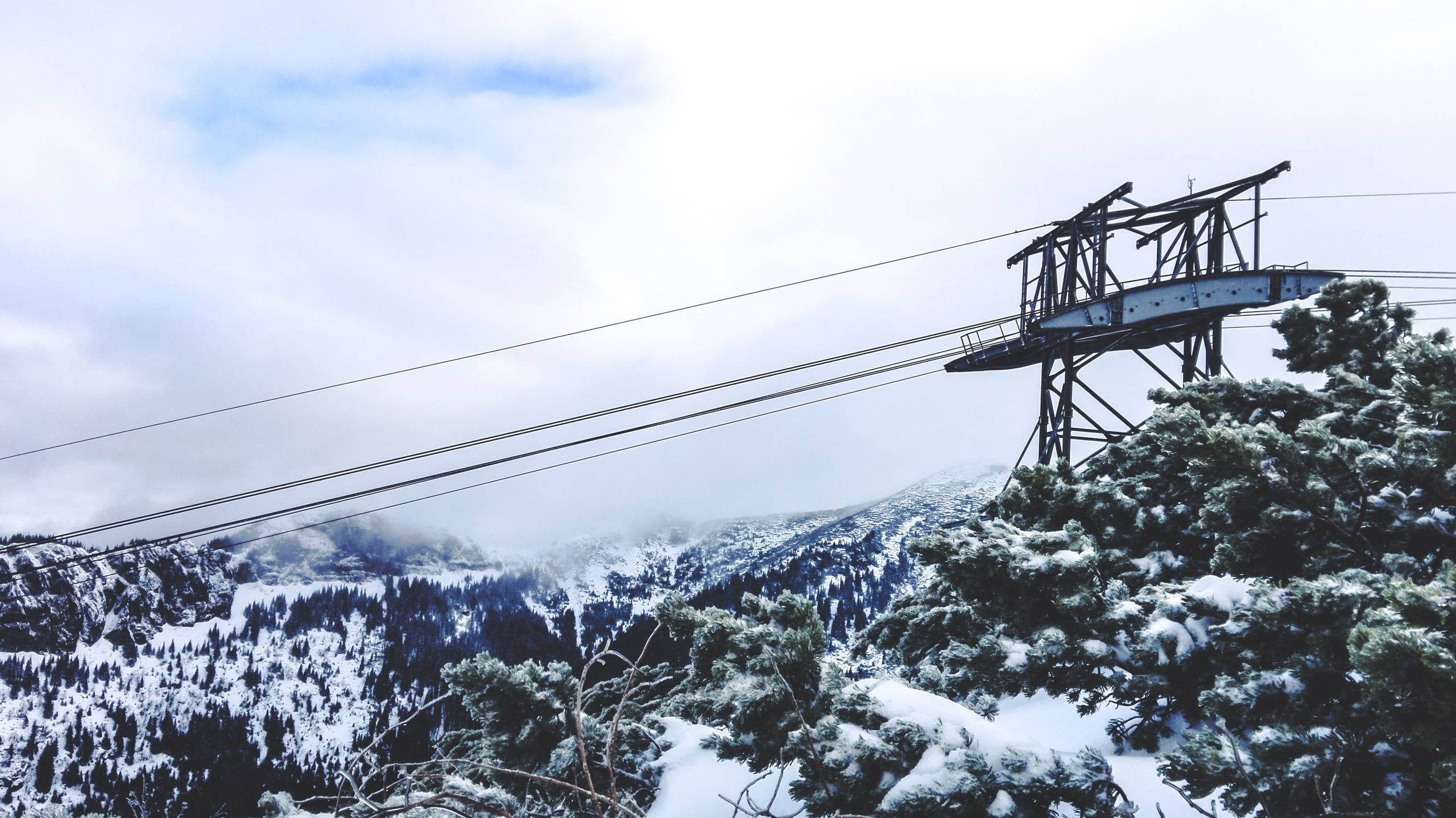 Queues to Kuźnice – Kasprowy Wierch cable car takes about the same time as to climb the mountain yourself. Photo by Alis Monte [CC BY-SA 4.0], via Connecting the Dots