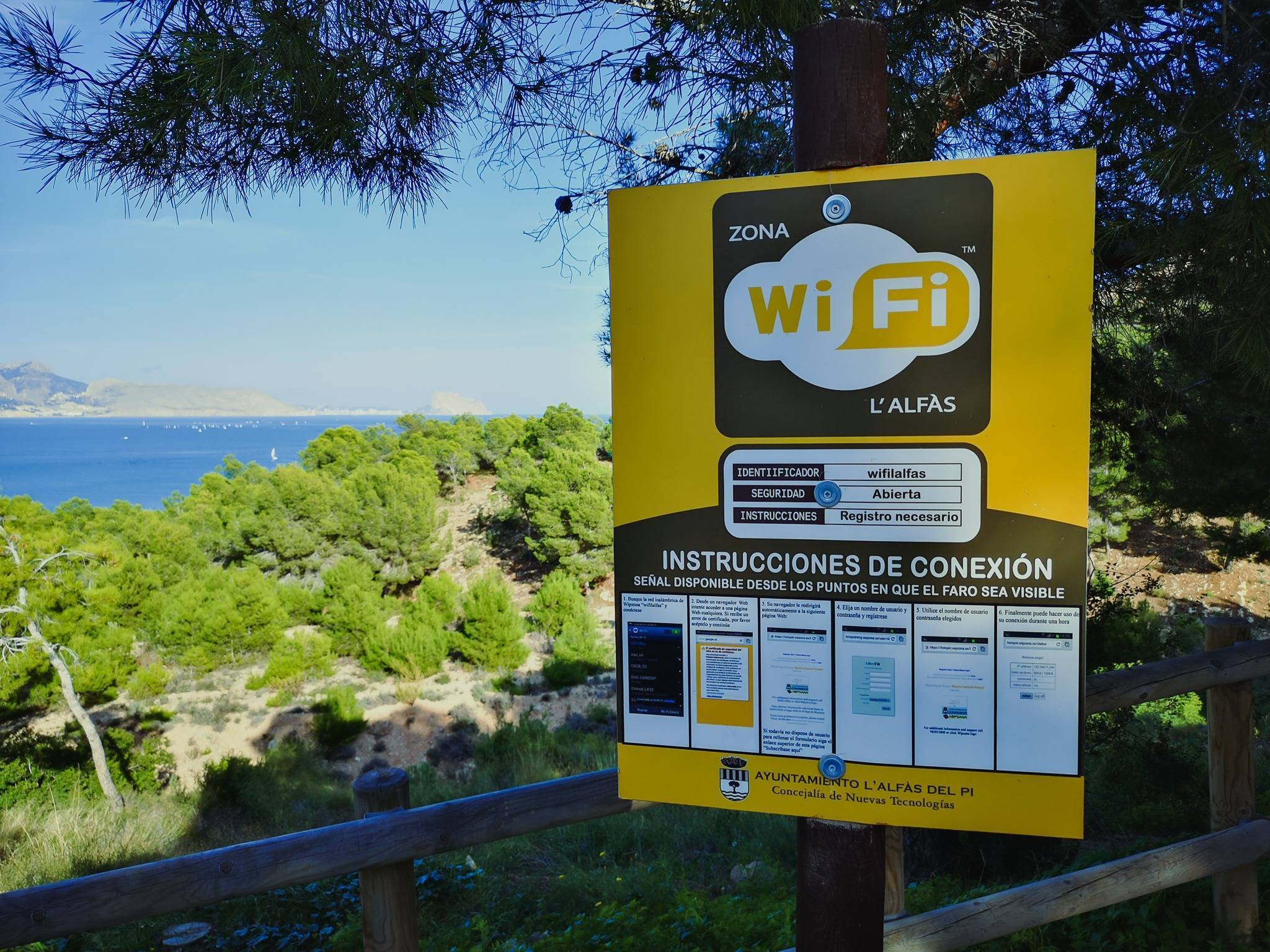 To my surprise, the area of the park even includes free wi-fi. Ironically, the routes, which need a connection for navigation the least, are the only ones to have it. Photo by Alis Monte [CC BY-SA 4.0], via Connecting the Dots