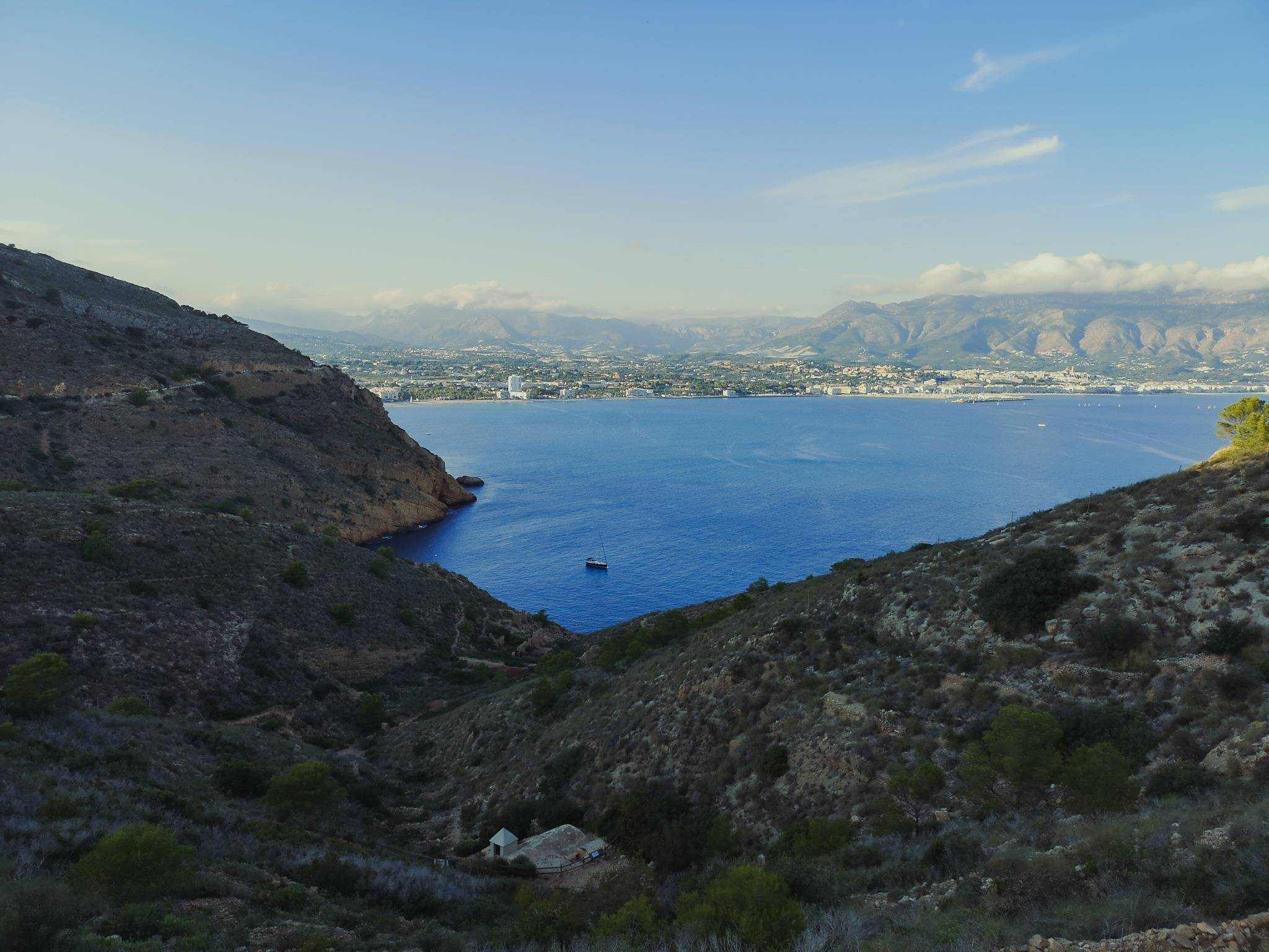 The coves of Serra Gelada and Benidorm Island were regular hideouts for pirates between the 16th and 18th centuries. Photo by Alis Monte [CC BY-SA 4.0], via Connecting the Dots