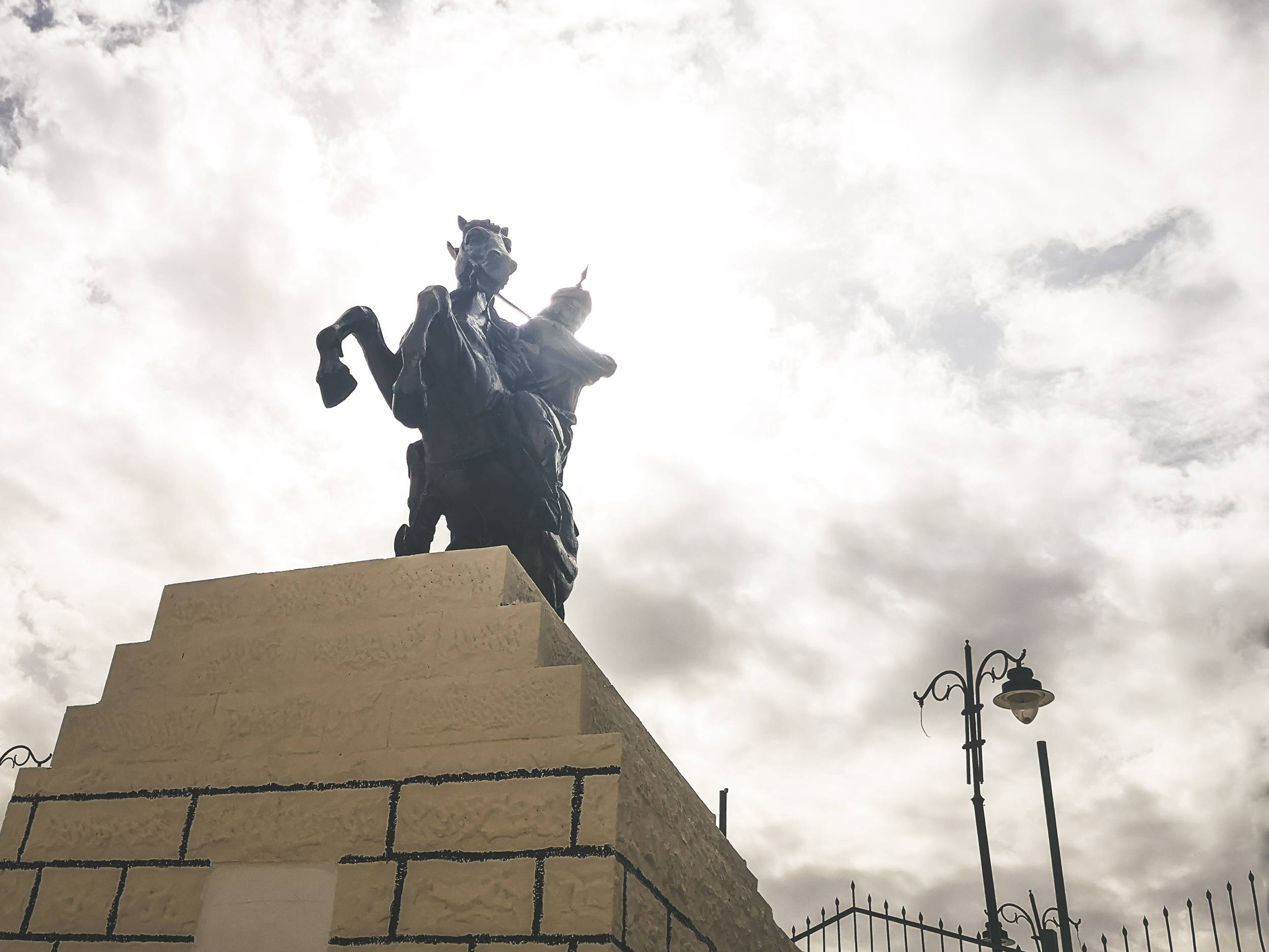 Saladin Statue near al-Karak Castle. Photo by Alis Monte [CC BY-SA 4.0], via Connecting the Dots