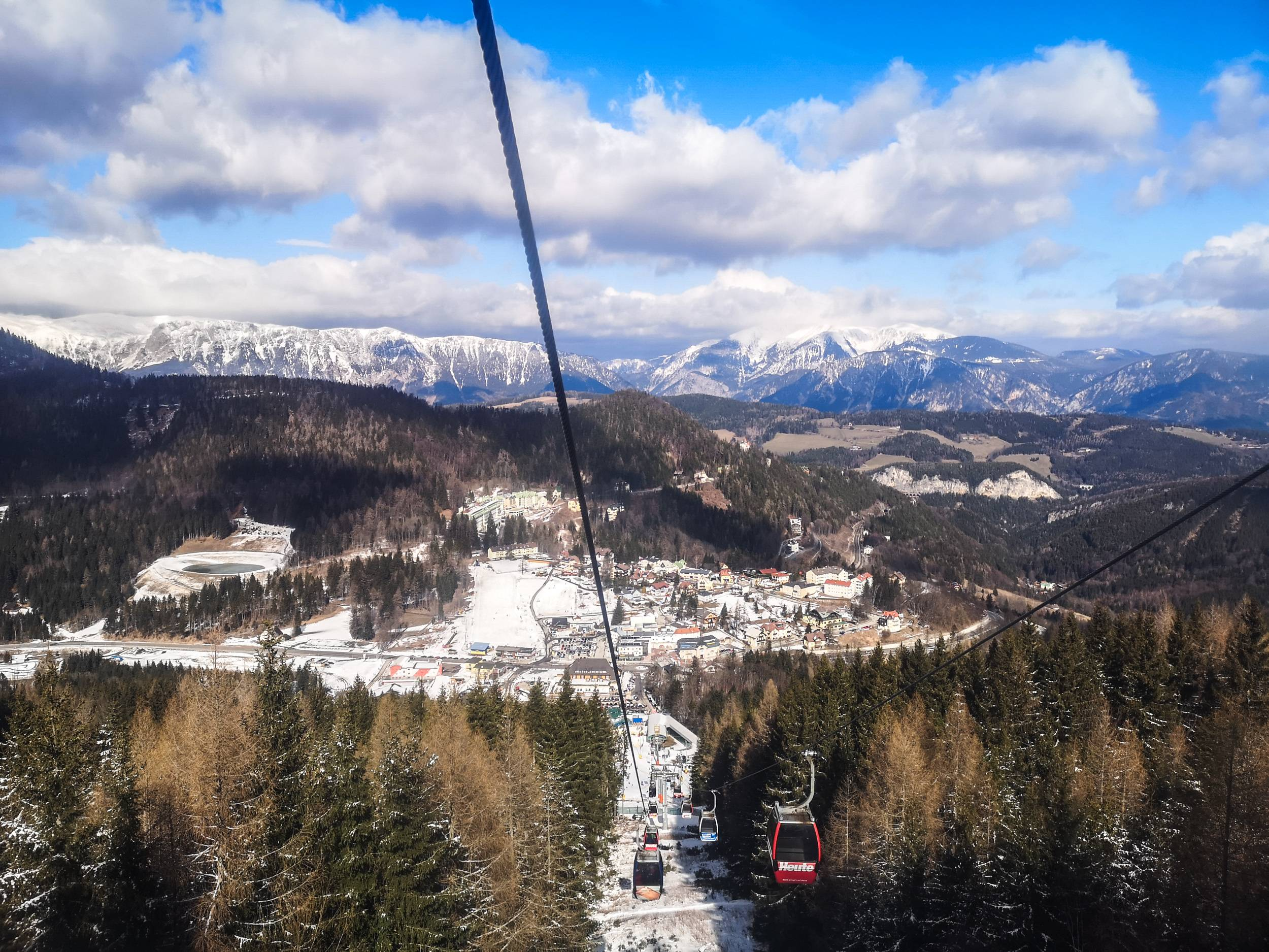 The ski lift alone is a venture worth your time. Photo by Alis Monte [CC BY-SA 4.0], via Connecting the Dots